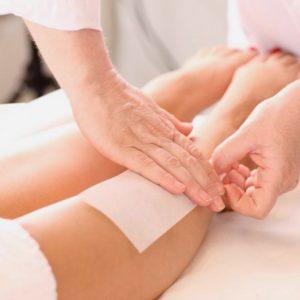 Эпиляция воском ноги полностью